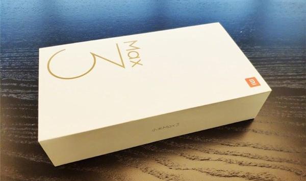 CEO Xiaomi shows the Xiaomi Mi Max 3 box