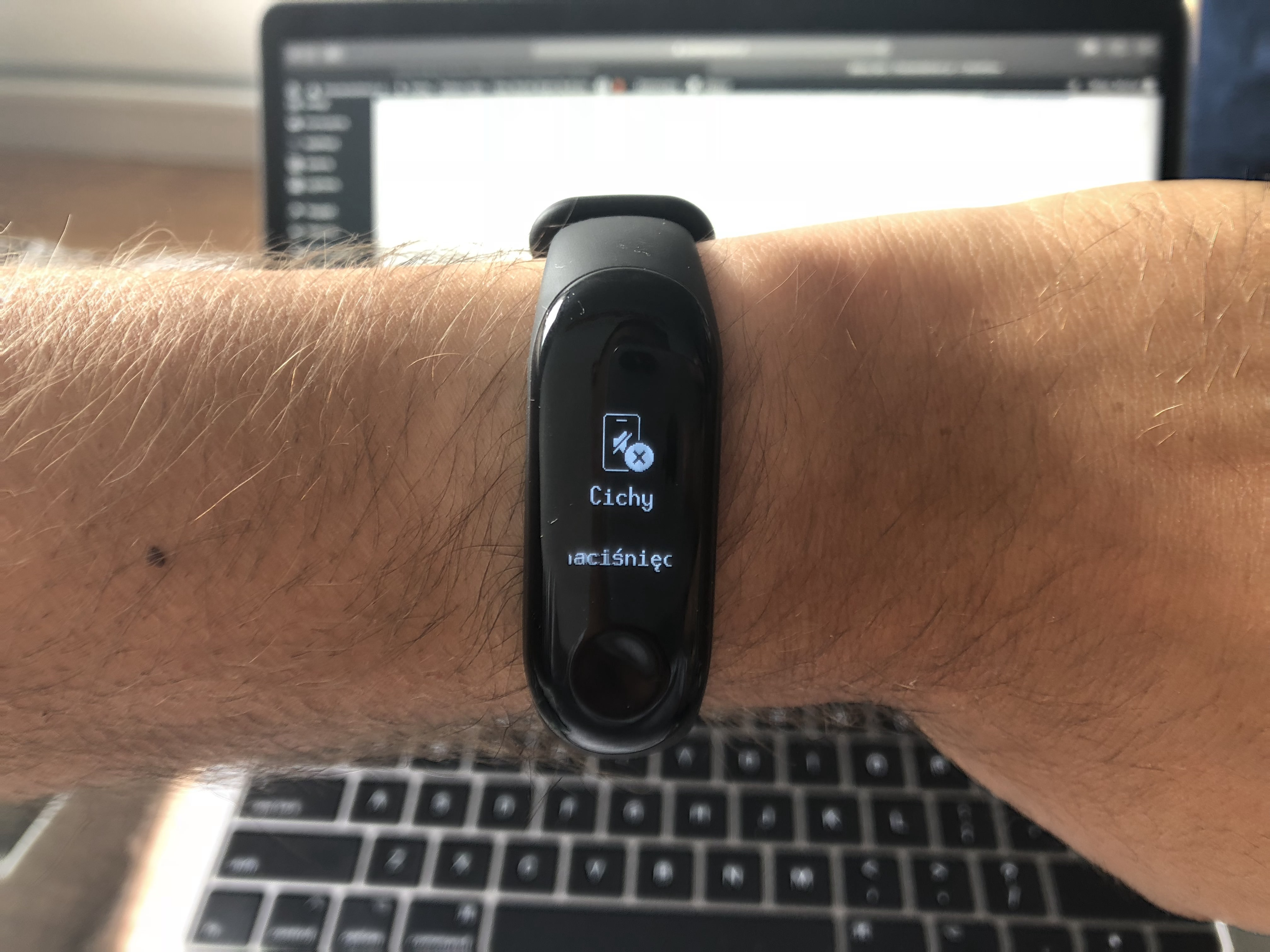 The new update for the Xiaomi Mi Band 3 introduces the mute function of the phone