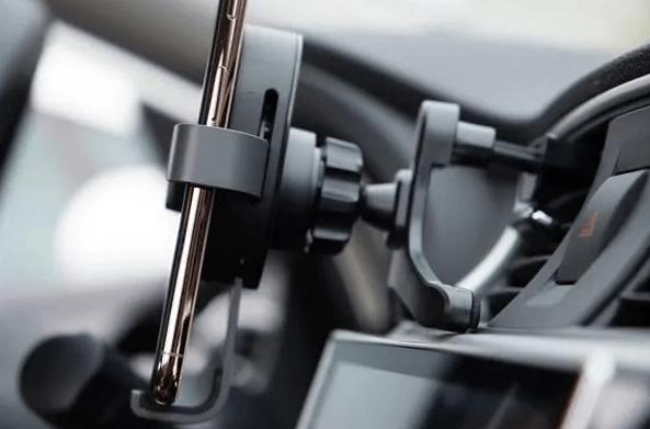 70Mai präsentiert einen Autohalter mit schneller induktiver Ladung